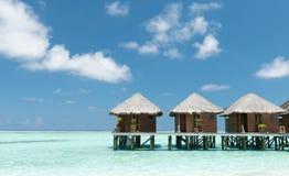 Casas de planta baja del agua en los Maldivas Foto de archivo