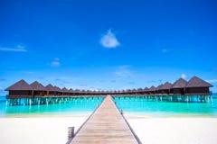 Casas de planta baja del agua y embarcadero de madera en Maldivas Fotos de archivo