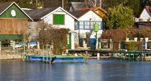 Casas de planta baja en el lago congelado Fotos de archivo libres de regalías