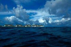 Casas de planta baja en el Océano Índico, Maldives foto de archivo
