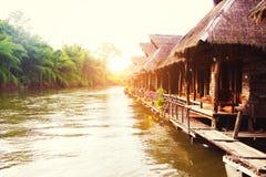 Casas de planta baja en el río; Imagen de archivo libre de regalías