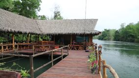 Casas de planta baja en el río de Kwai en Tailandia del noroeste