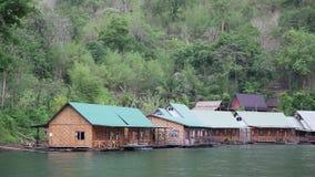 Casas de planta baja en el río de Kwai en Tailandia del noroeste almacen de metraje de vídeo
