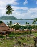 Casas de planta baja en un jardín tropical en la playa Fotos de archivo