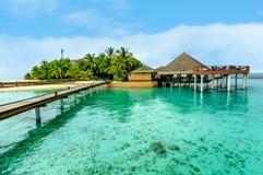 Casas de planta baja hermosas del agua y la playa en Maldivas Imagenes de archivo