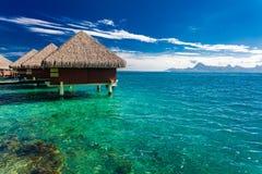 Casas de planta baja de Overwater, Tahití, Polinesia francesa imagenes de archivo