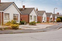 Casas de planta baja suburbanas en urbanización Foto de archivo libre de regalías