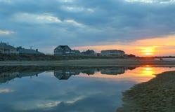 Casas de playa en la puesta del sol Foto de archivo libre de regalías