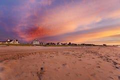 Casas de playa en luz de la salida del sol Fotos de archivo libres de regalías