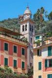 Casas de Portofino torre de sino e da igreja coloridas típicas de Divo Martino Imagem de Stock Royalty Free