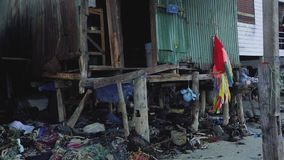 Casas de povos pobres nos precários de Ásia pelo mar vídeos de arquivo