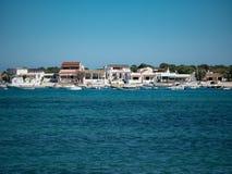 Casas de praia e barcos brancos bonitos, Olhao, o Algarve, Portugal foto de stock