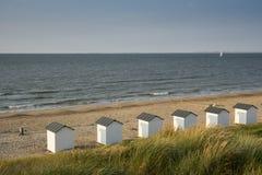 Casas de praia nas dunas do mau de Cadzand, os Países Baixos fotografia de stock royalty free