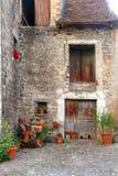 Casas de Pyrenees de la aldea del valle de Hecho Foto de archivo libre de regalías