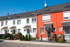 Casas de série vermelhas e brancas Imagens de Stock