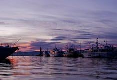 Casas de Saint Tropez en el puerto del yate después de la puesta del sol imagen de archivo