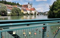 Casas de Steyr pelo rio imagens de stock