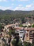 Casas de suspensão antigas da aldeia da montanha de Fuente de la Reina imagens de stock royalty free