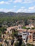 Casas de suspensão antigas da aldeia da montanha de Fuente de la Reina fotografia de stock