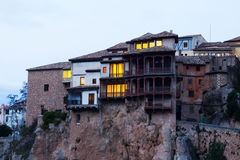 Casas de suspensão em rochas no crepúsculo Cuenca Imagens de Stock Royalty Free