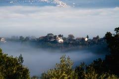 Casas de Toscana en la niebla fotos de archivo
