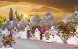 Casas de Trulli na cidade no por do sol, Apulia de Alberobello, Itália Fotografia de Stock Royalty Free