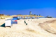 Casas de vacaciones que se colocan a lo largo de la costa costa con una ciudad moderna que asoma en el fondo Concepto del verano  fotografía de archivo