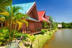 Casas de vacaciones tropicales en el lago Fotografía de archivo