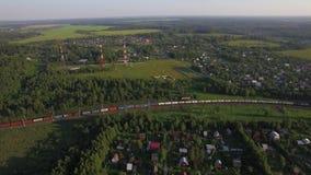 Casas de verano en el tren del campo y de carga, visión aérea almacen de video