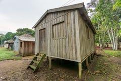 Casas de Woode empleadas los altos zancos, selva tropical del Amazonas Imagen de archivo libre de regalías