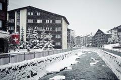 Casas de Zermatt do inverno e o rio imagens de stock royalty free
