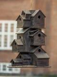 Casas decorativas do pássaro como um prédio de apartamentos Imagens de Stock