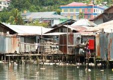 Casas deficientes pelo mar foto de stock