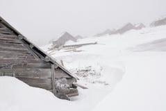 Casas del abandono debajo de la nieve y de la niebla Fotos de archivo libres de regalías
