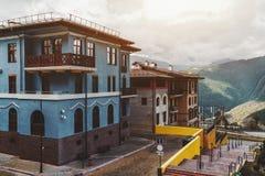 Casas del centro turístico en pequeña ciudad Foto de archivo