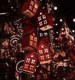 Casas del juguete que brillan intensamente en el árbol de navidad Fotografía de archivo libre de regalías