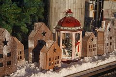 Casas del juguete y palmatoria de madera de la Navidad en escaparate de la tienda Foto de archivo libre de regalías