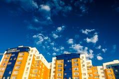 Casas del ladrillo con los embutidos del vidrio azul Fotografía de archivo libre de regalías