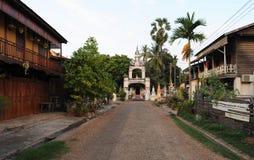 Casas del monasterio y del colonial de Wat Sainyaphum en Savannakhet Fotos de archivo libres de regalías