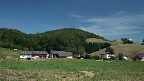 Casas del panel solar en una granja almacen de video