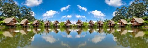 Casas del panorama en el lago con el cielo azul en la luz del día HDR imagenes de archivo