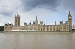 Casas del parlamento, del embarcadero local para los barcos, de Big Ben, y del río Támesis Imagen de archivo libre de regalías