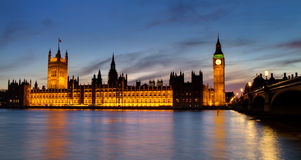 Casas del parlamento en la hora azul Imagenes de archivo