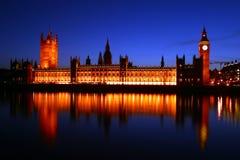 Casas del parlamento por el reflector Imágenes de archivo libres de regalías