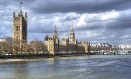 Casas del parlamento y de ben grande con el río Támesis Imágenes de archivo libres de regalías