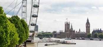 Casas del parlamento y de la noria en Londres Fotografía de archivo libre de regalías