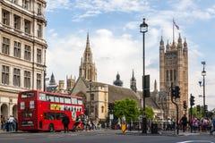 Casas del parlamento y del autobús rojo en Londres Imagen de archivo libre de regalías