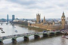 Casas del parlamento y del puente de Westminster según lo visto del ojo de Londres Imágenes de archivo libres de regalías