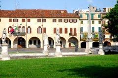 Casas del perímetro de Prato visto de la isla Memmia en el della Valle de Prato en Padua en el Véneto (Italia) foto de archivo libre de regalías