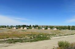 Casas del pueblo con los tejados verdes Imagen de archivo libre de regalías